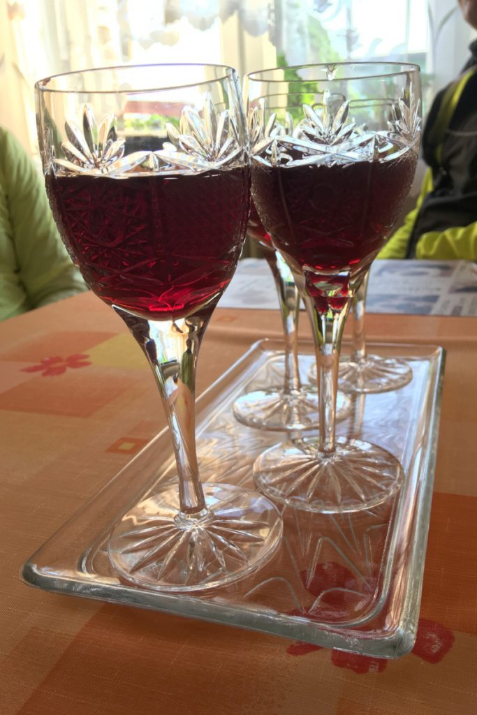 Červené víno v krištáľových pohároch
