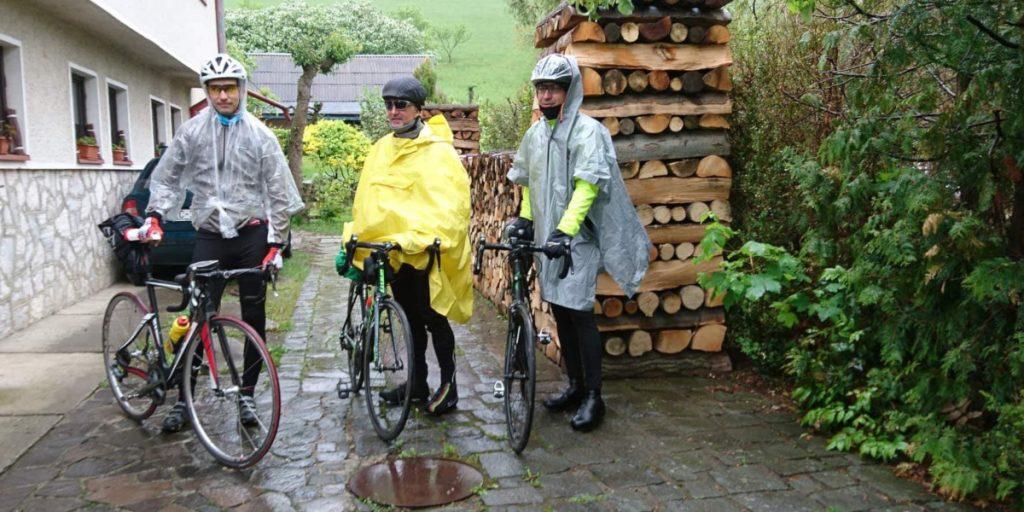 Traja cyklisti v daždi