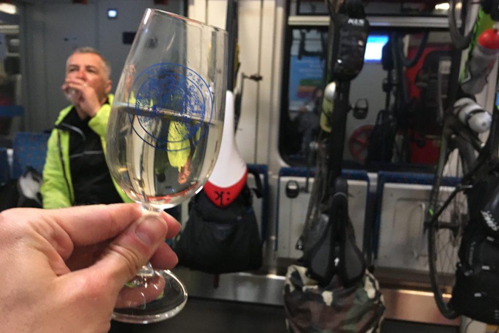 Pohár vína vo vlaku