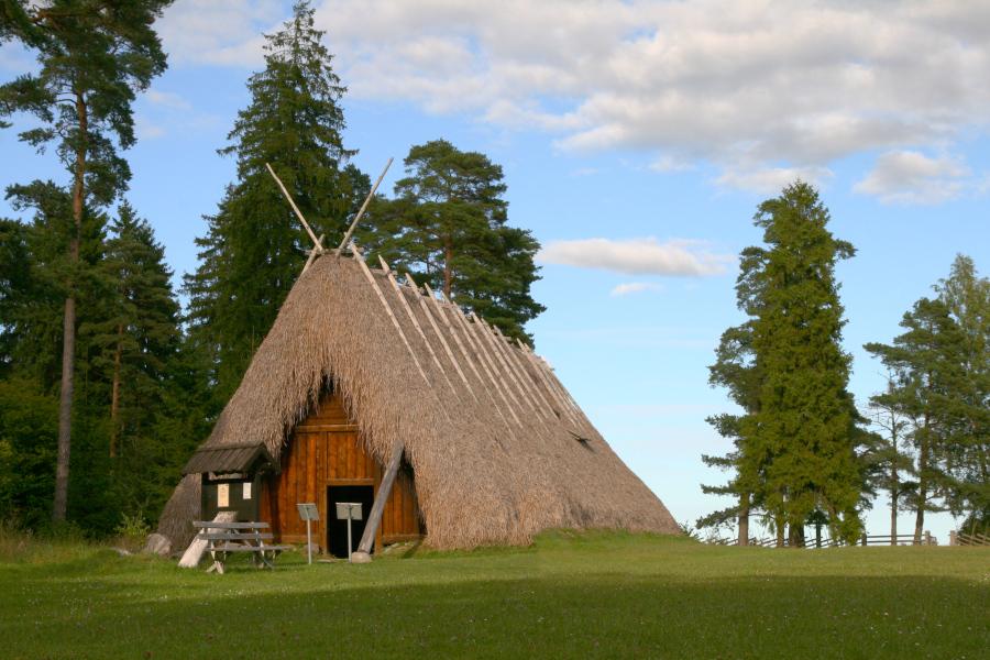 typická budova Vikingov so slamenou strechou