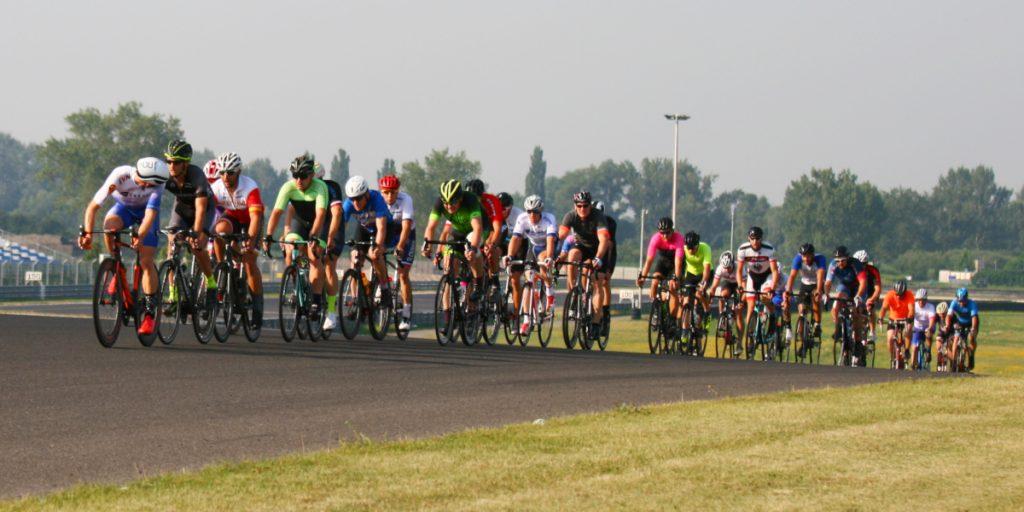 24-hodinovka Slovakia Ring Orechová Potôň - pelotón cyklistov