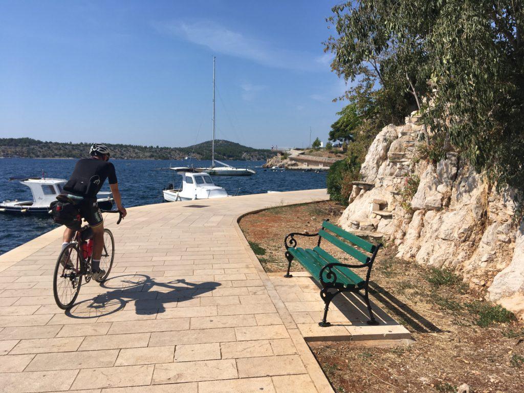 cyklista na mole v chorvatsku